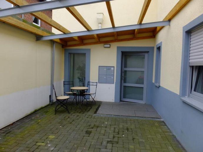 überdachte Terrasse mit Eingang
